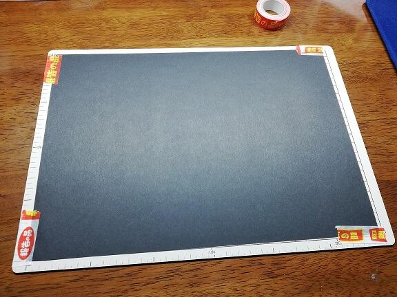 カッター板に黒い紙を固定
